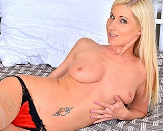 This hot and steamy mom pleases herself